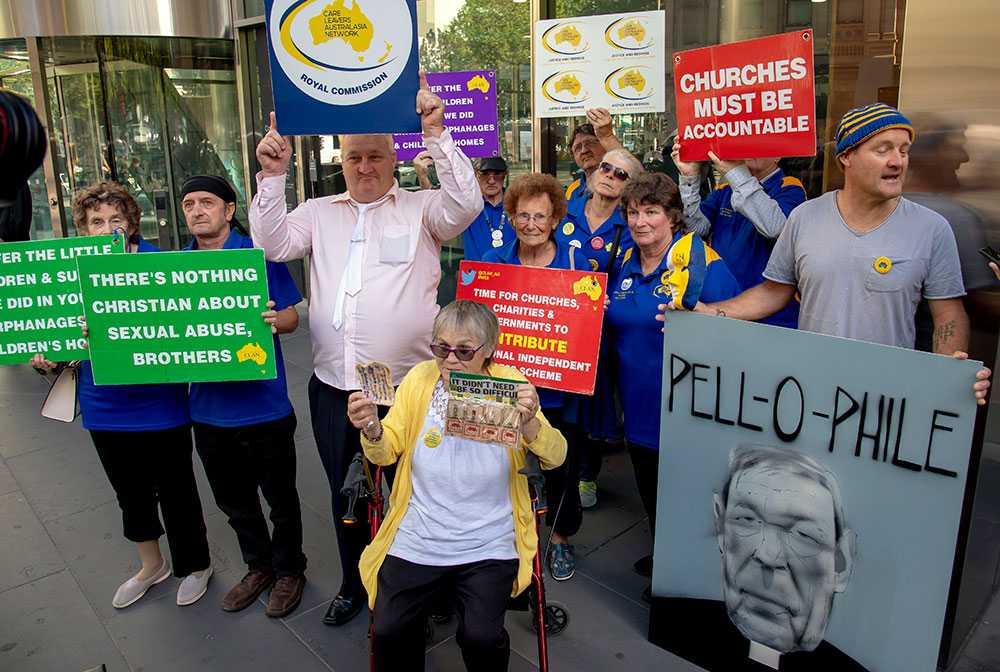 Demonstranter utanför rättegången mot George Pell.