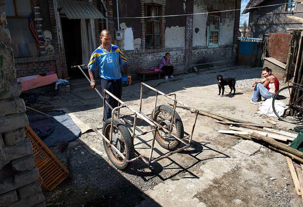 Diskriminering. Detta är inte vilken kärra som helst. Det är en romsk kärra och därför ofta föremål för poliskontroll. Saknas adresslapp på kärran utfärdas böter. Har ägaren inte möjlighet att betala väntar några dagar i finkan.