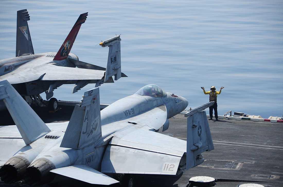 Planen på hangarfartyget USS George H.W. Bush i samband med attacken.