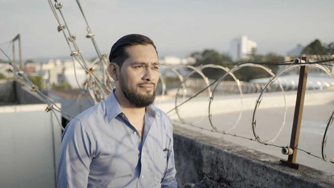 Journalisten Carlos Choc i Guatemala tvingades gå under jorden sedan han fotograferat fiskaren Carlos Maaz död.
