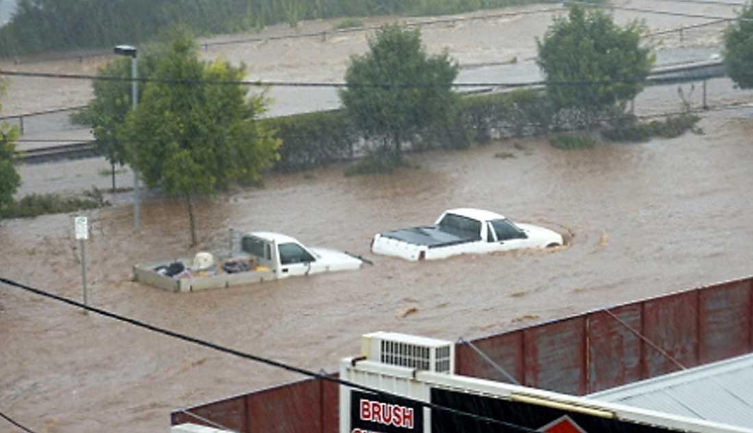 Australien, december till januari 2011 Med veckor av ihållande regn och toppar på 200 millimeter på en timme klarade inte Brisbanefloden av vattenmassorna. Tsunamiliknande vågor sköljde över miljonstaden Brisbane och tog med sig bilar och djur. Ett område stort som hela Tyskland och Frankrike berörs av översvämningarna. Hittills är 20 dödade bekräftade.