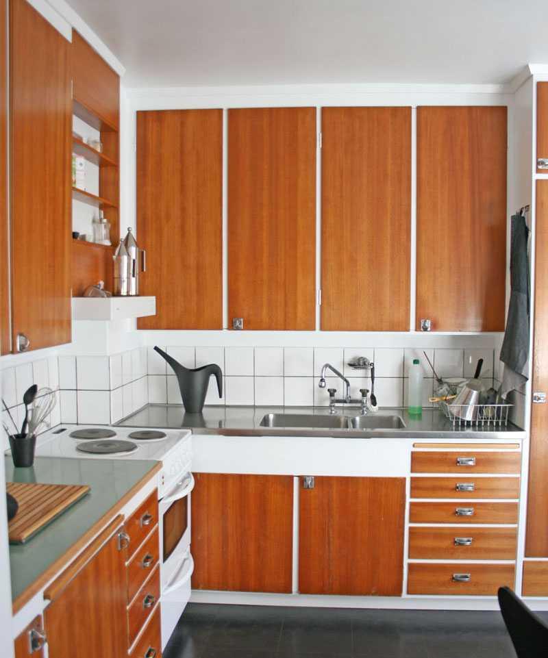 I köket är interiören så gott som intakt med följden att bänkhöjden är en bit under dagens mått.