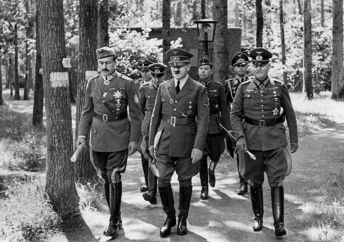 Marskalk Gustaf Mannerheim (t v) med Adolf Hitler i samband med hans besök i Hitlers högkvarter Wolfsschanze 29 juni 1942.