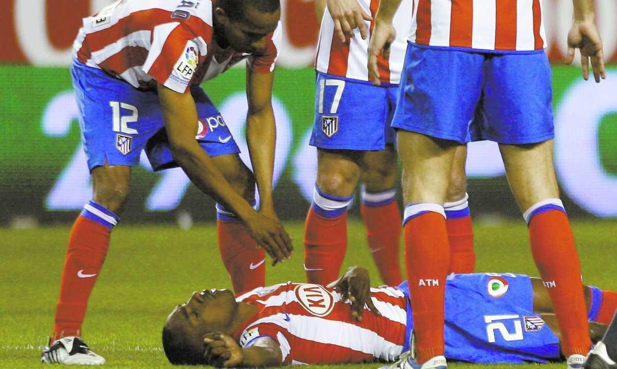 Medvetslös Atlético-stjärnan Luis Perea låg livlös på planen men räddades av lagkamraterna som drog loss tungan som fastnat i halsen.