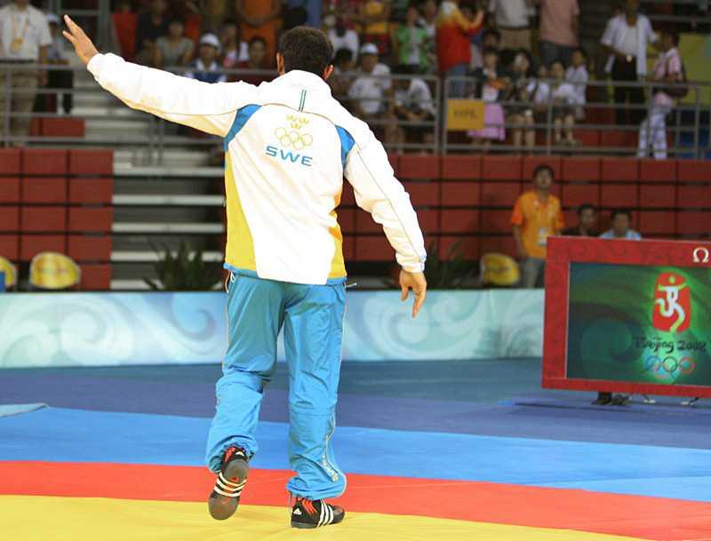 Han tackar publiken och lämnar prisceremonin. Utan sin medalj.