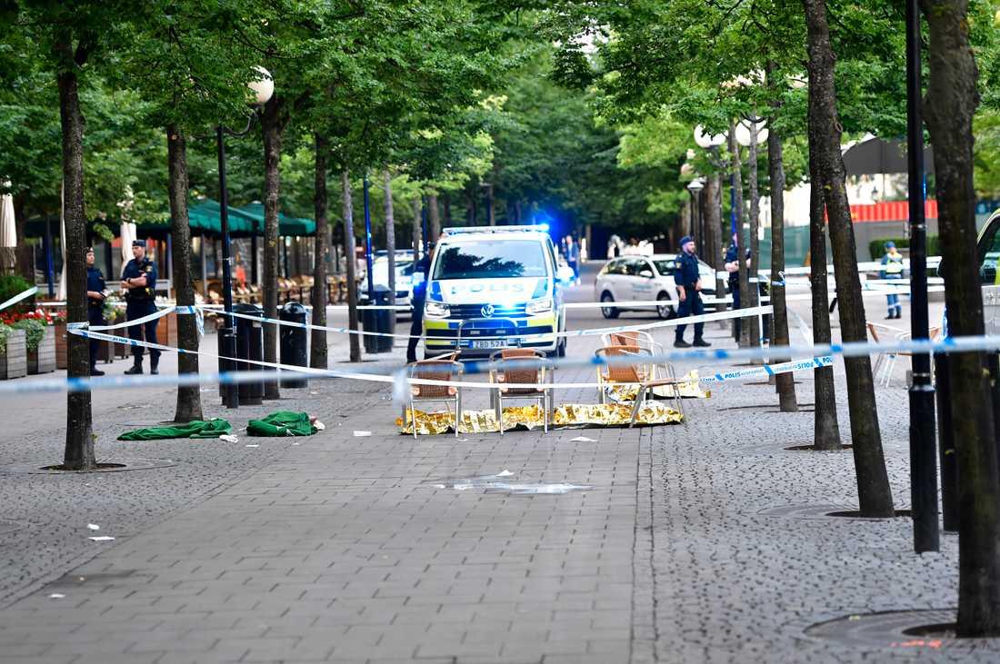 Polisen arbetar innanför avspärrningarna efter att flera personer knivhöggs i Kungsträdgården och på Västra Trädgårdsgatan i Stockholm i onsdags.