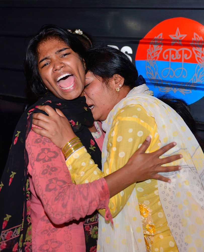 Två kvinnor efter explosionen. Många offer är kvinnor och barn.