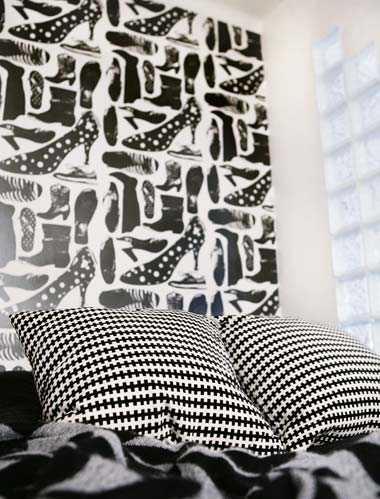 """Sovrummets fondvägg pryds av den nylanserade tapeten """"Svärmor""""."""