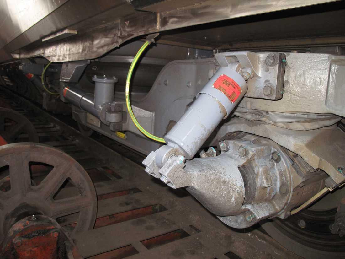 Slangar och rör under tåget är skyddade från is och snö, men en och annan tråd sticker fram. Håll tummarna i vinter!