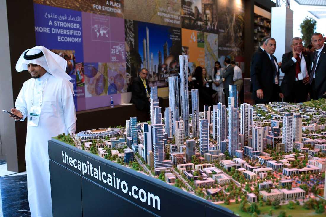 Planerna på en ny egyptisk huvudstad presenterades 2015. Här står en modell som visades upp under en konferens i landet.