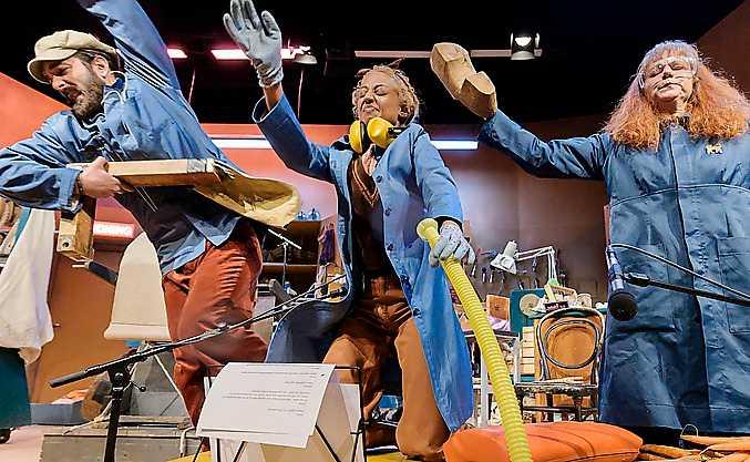 """Jesper Söderblom, Hannah Alem Davidson, och Victoria Olmarker i """"Ship of fools"""" på Göteborgs stadsteater."""