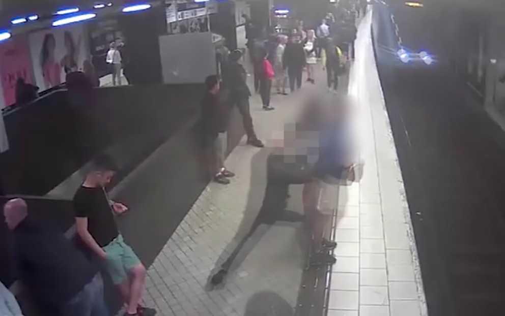 Gärningsmannen puttar oprovocerat ner Lucas Sjölund Jurado framför tunnelbanan.