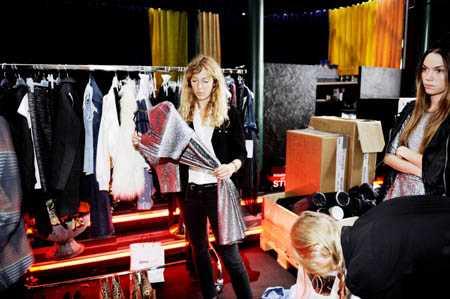 "Sofis modes chefsstylist Pamela Bellafesta går igenom kvällens outfits. Till höger i bild, Sofis modes ""egen"" modell Therese Fischer."
