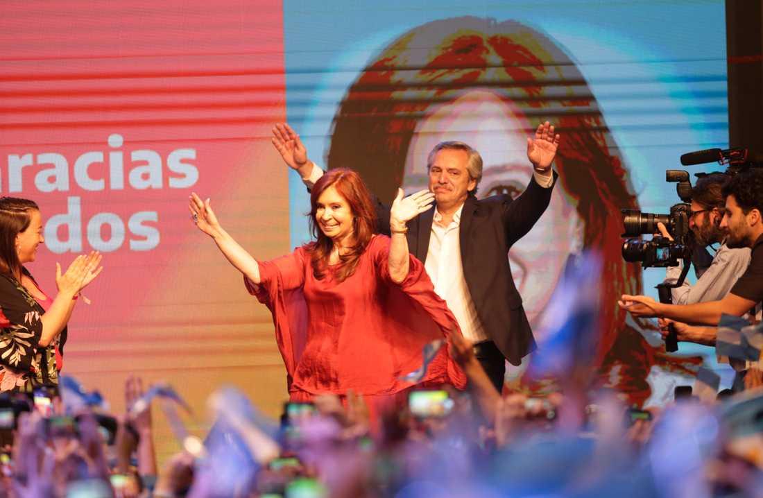 Cristina Fernández de Kirchner och Alberto Fernández jublar på valvakan natten till måndagen.