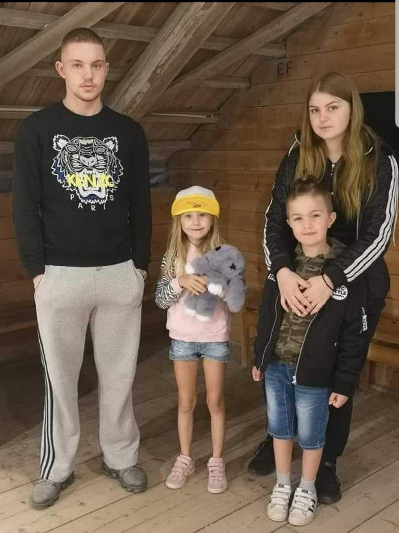 Benjamin med sina yngre systrar.