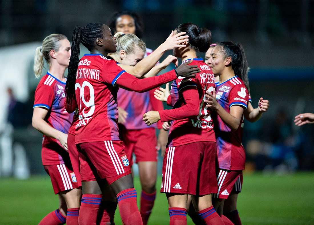 Lyons Ada Hegerberg firar med lagkamraterna efter sitt 4–0-mål mot danska Hjørring i CL.