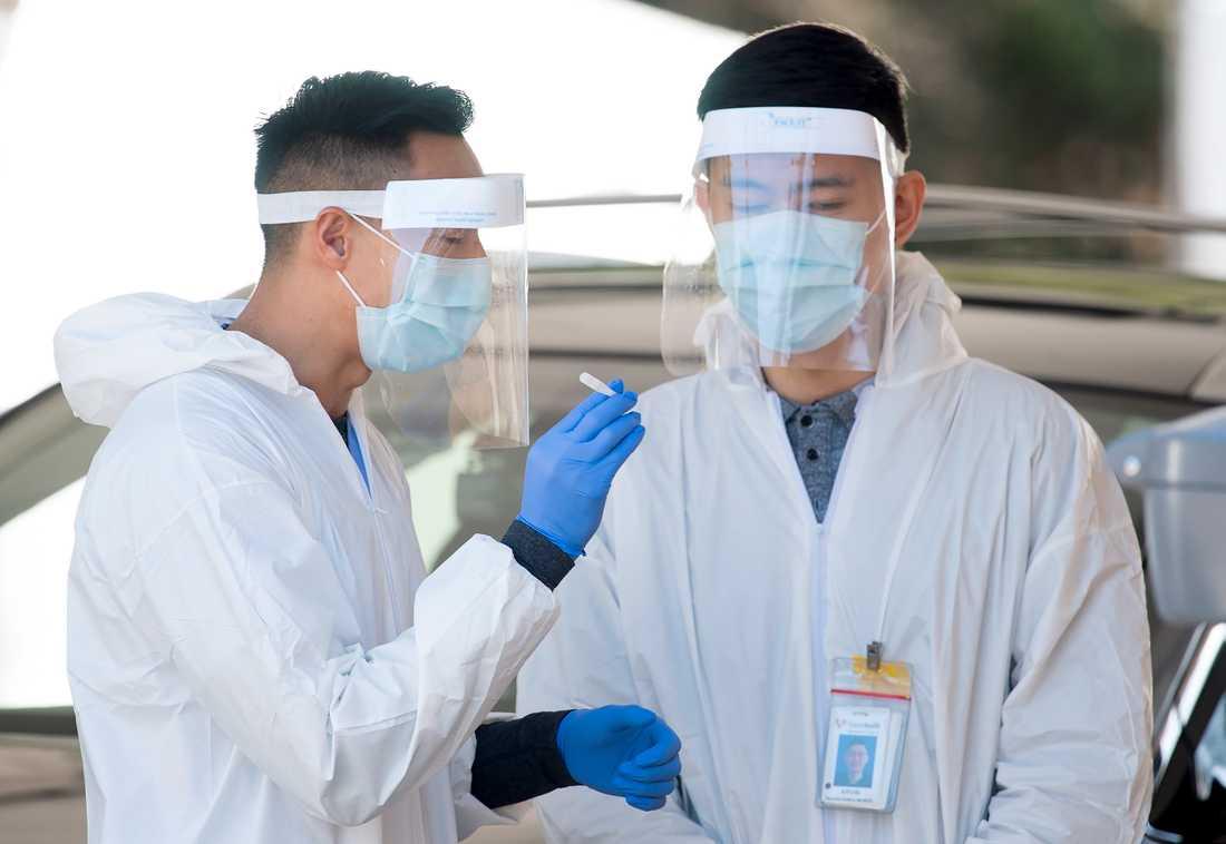 Två vårdarbetare vid en testanläggning i Kanada. Arkivbild.