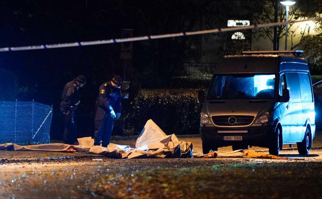 En man i 20-årsåldern hittades svårt skadad i centrala Eslöv under måndagskvällen. Han fick livshotande skador och vårdas fortfarande på sjukhus.