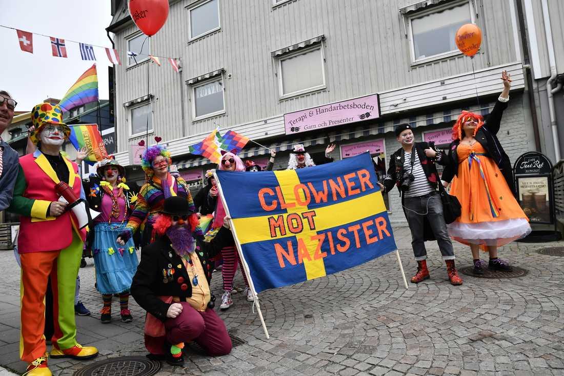 Clowner mot nazister vid nazistiska organisationen Nordiska motståndsrörelsen (NMR) demonstration i Kungälv på första maj.