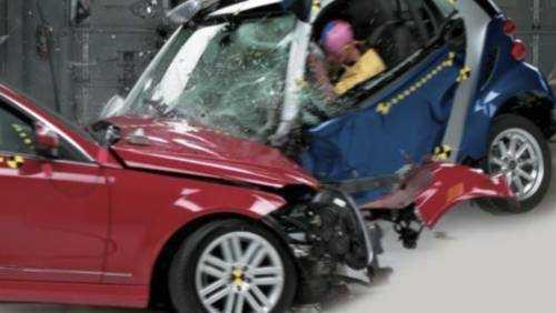 Den mindre bilen, en Smart, kollapsade helt enkelt när den krockade med en Mercedes C-klass.