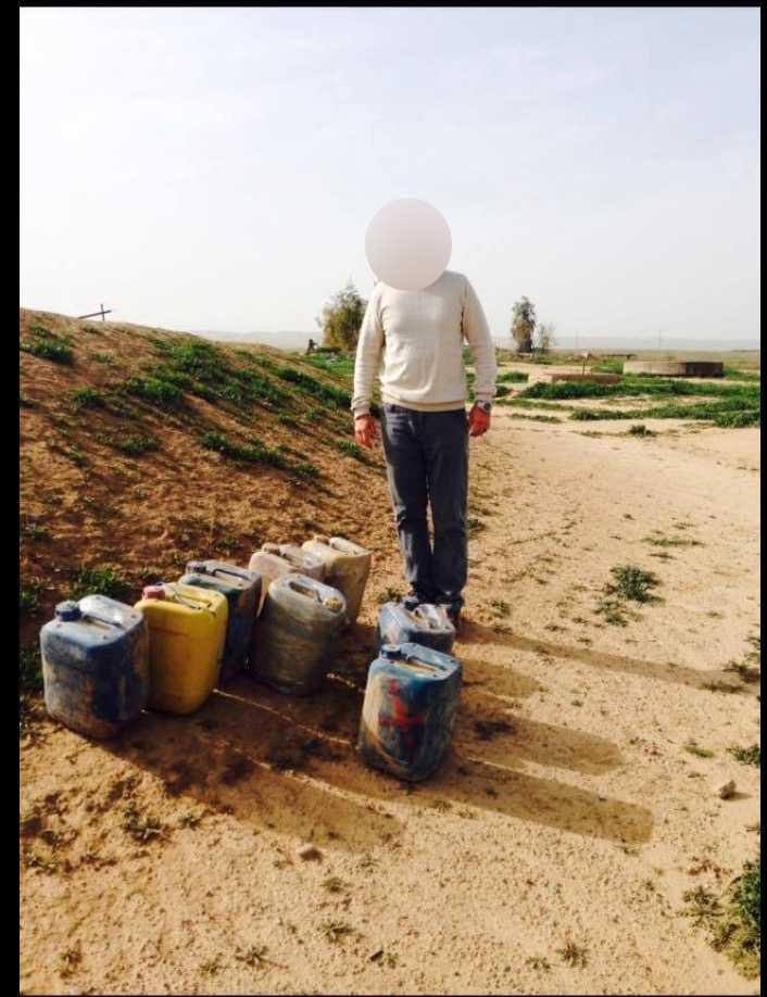 En kurdisk militär visar upp hemmagjorda bomber som svenskarna ska ha desarmerat.