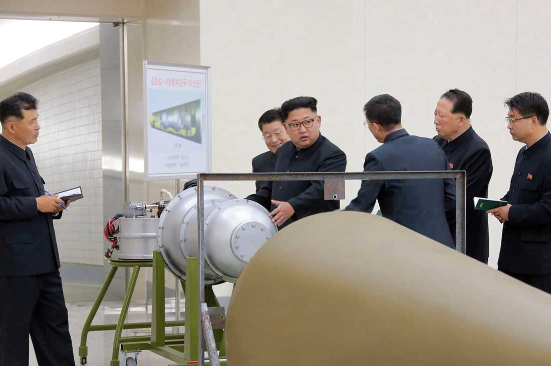 Kort före den misstänkta explosionen besökte Nordkoreas ledare Kim Jong-Unen militäranläggning där kärnvapen tillverkas.Enligt den statliga nyhetsbyrån KCNA inspekterade diktatorn en vätebomb som kan monteras på en långdistansrobot.
