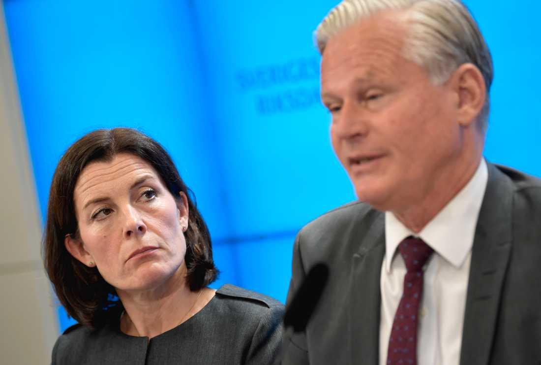 KU:s ordförande Karin Enström (M) och vice ordförande Hans Ekström (S) är båda kritiska till regeringens agerande vid petningen av Försäkringskassans generaldirektör.