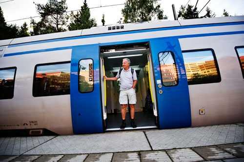 Van tågresenär  Jan-Erik Kaiser åker med sitt guldkort obegränsat med tåg i Sverige.