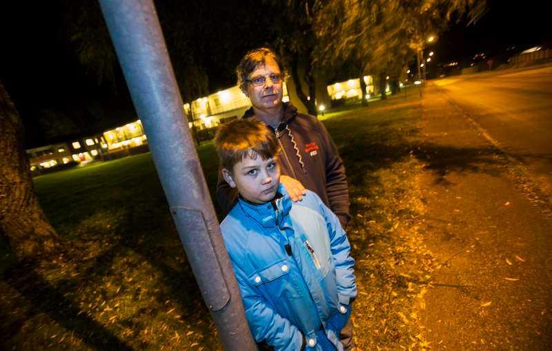 """Av misstag riktade Mattias, 9, sitt leksaksvapen mot glassbilsföraren - som då jagade ifatt och ryckte tag i pojken. Pappa Bo Karlsson tycker att förarens agerande var överdrivet hårt. """"Det hade räckt att säga till"""", säger han."""