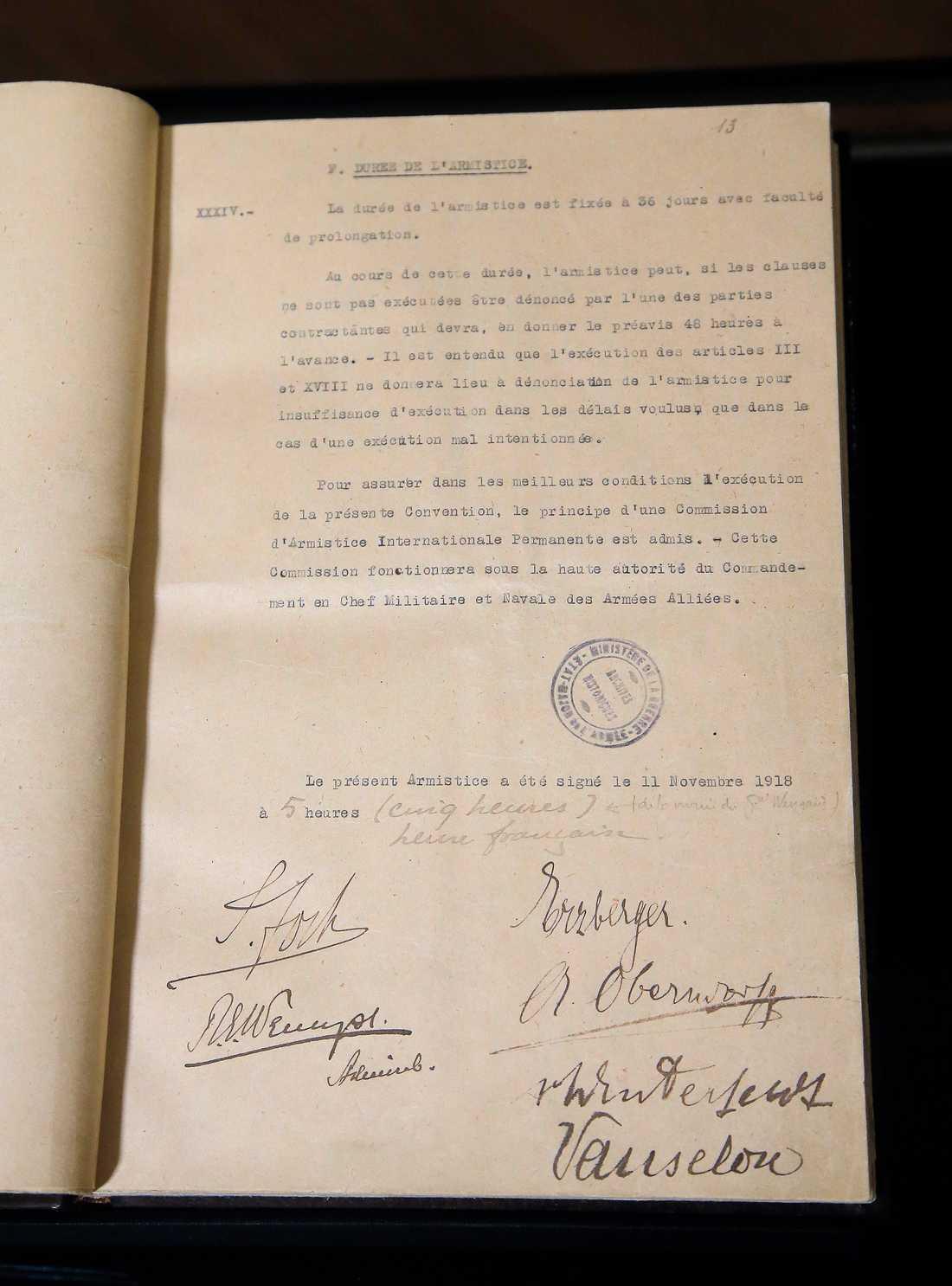 De undertecknade dokument om vapenstillestånd från klockan 05.00 den 11 november 2018. Arkivbild.