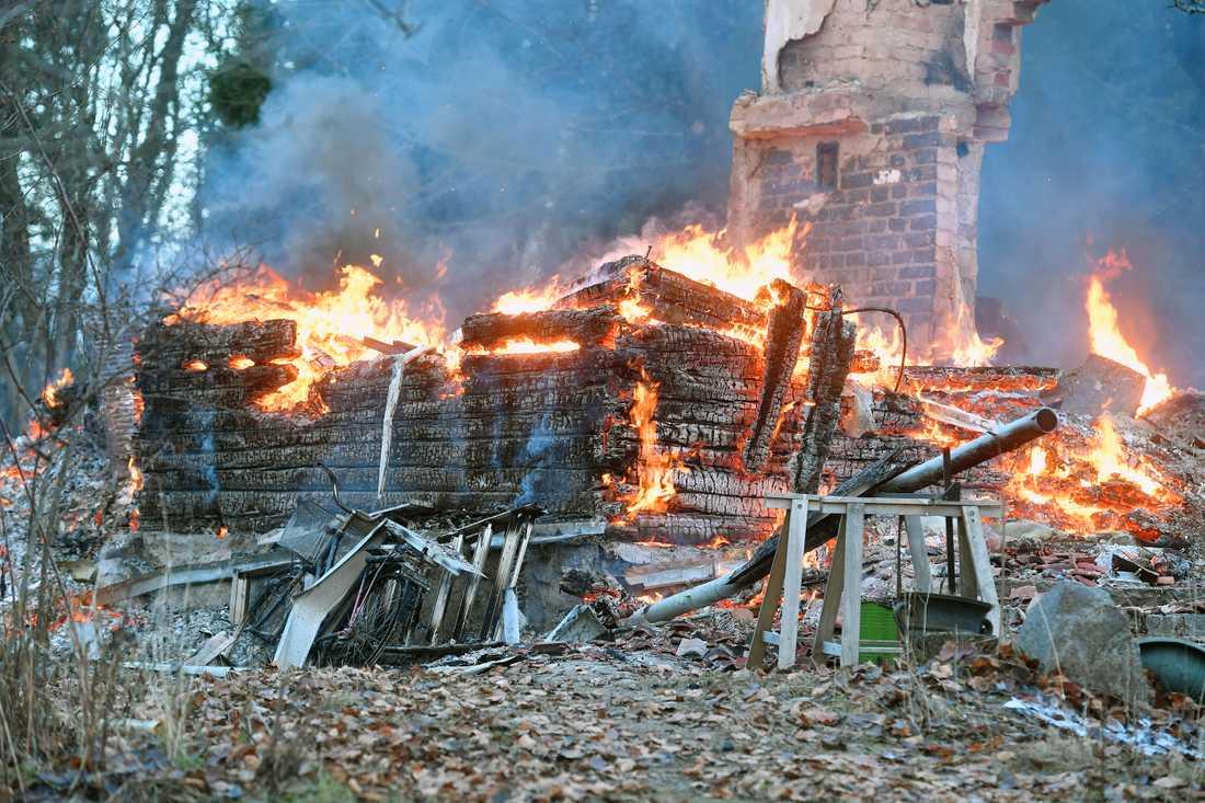 Kraftig villabrand utanför Norrtälje.