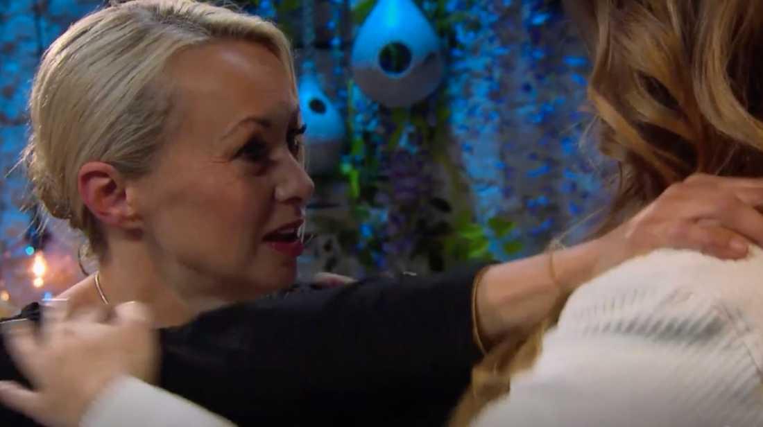 """""""Du bröt förbannelsen"""", säger Louise Hoffsten till Linnea Henriksson."""