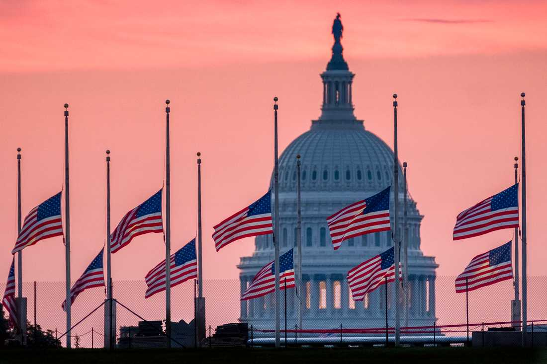 Flaggor på halv stång i Washington för den avlidne senatorn John McCain.