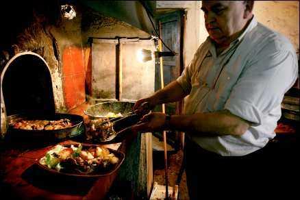 Servitören Juan gör i ordning paradrätten ugnsbakat lamm på krogen Es Vergér i bergen utanför staden Alaró på Mallorca. Han bestämmer gärna vad gästerna ska äta.