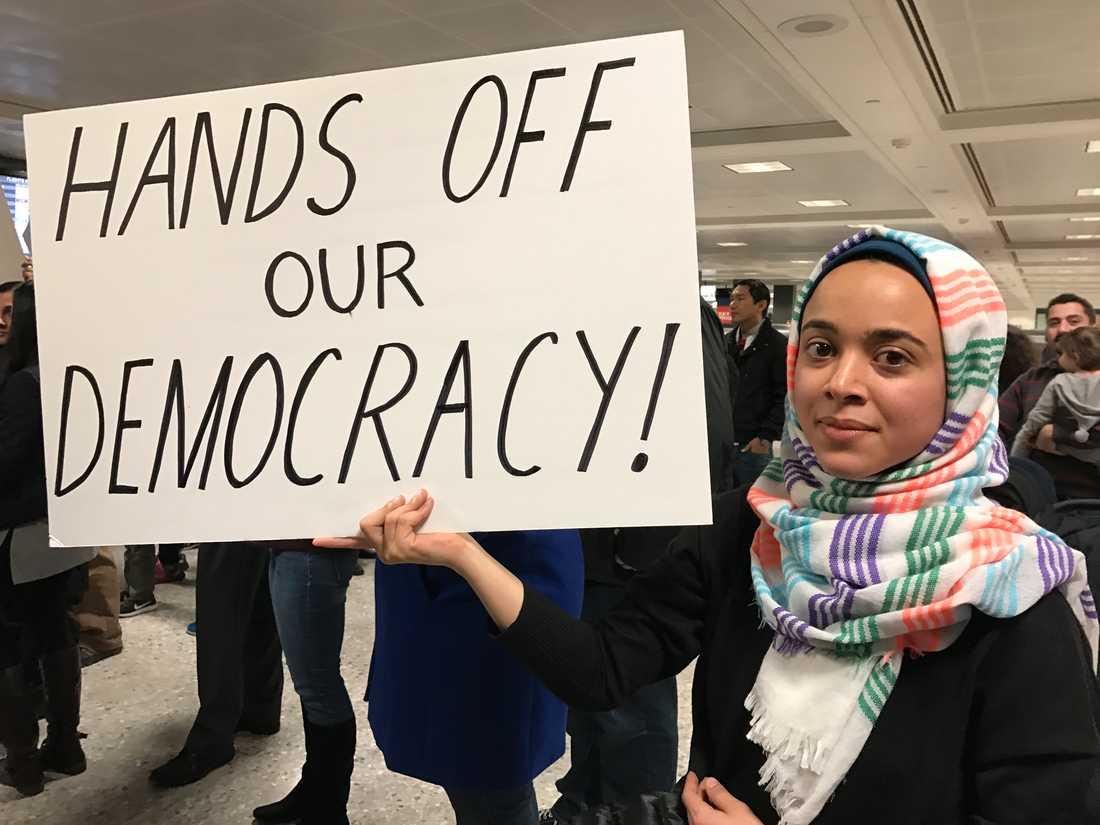 En vän till Assya Abdallah, 28, är på semester i Egypten. Hon har bott länge i USA, och har hela sin familj här. Men trots det vågar vännen inte resa hem. Orsaken: Hon är född i Jemen, ett av länderna som omfattas av inreseförbudet.