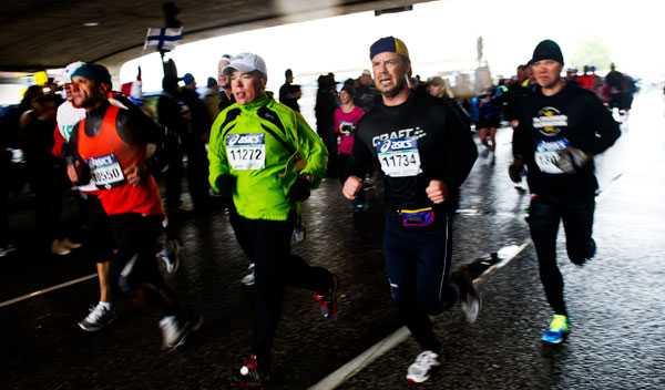 Löparna i Stockholms marathon hade en kylig resa från start till mål – under Stockholms kallaste junidag på 84 år.