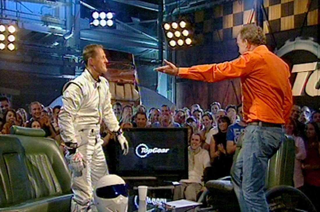 Och vem dök upp när hjälmen åkte av? Jo, Formel 1-esset Michael Schumacher.