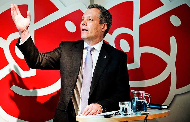 Mot nya mål Järnvägen havererar och kraftnätet håller inte. Tommy Waidelich och Socialdemokraterna presenterade i går ett förslag om att sätta ett mål även för statliga investeringar.