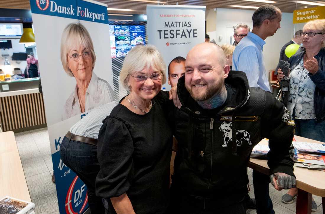 Mikkel Stilling, 40, tar en selfie med Pia Kjærsgaard. Han säger sig vara bekymrad över kriminella invandrare men han kommer inte överge Dansk Folkeparti till förmån för högerextrema Stram Kurs.
