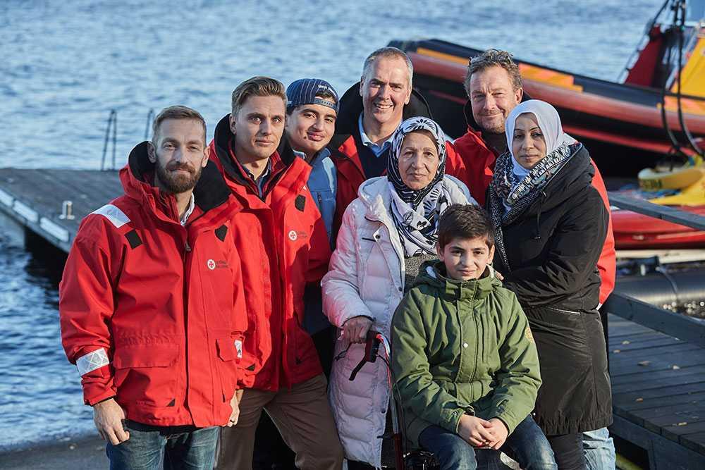 Sjöräddarna Jens Samuelsson, Jonas Malmryd, Nils Ingull och Per Skoglund fick träffa familjen de räddade vid Dödens kust utanför Grekland. Det är ett år sedan de bärgade familjen som var strandlista på klippor.