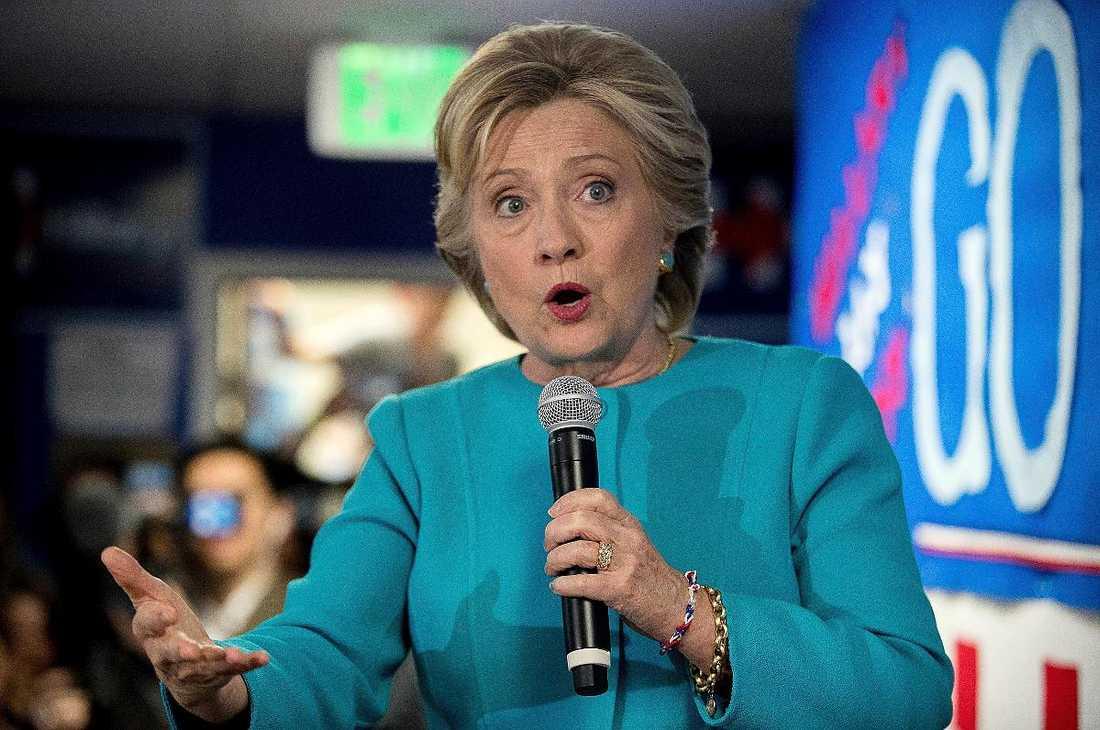 Trots de uppenbara brister som Donald Trump ständigt uppvisar så lyckas Hillary Clinton inte övertyga de osäkra om att hon är ett bättre alternativ.