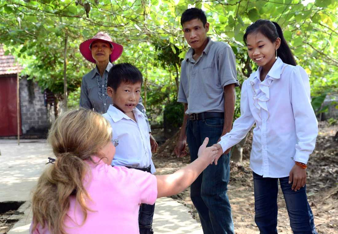 Linnea tillsammans med Trung och hela hans Trungs familj, mamma Mung, pappa Tranh och storasyster Thuy.