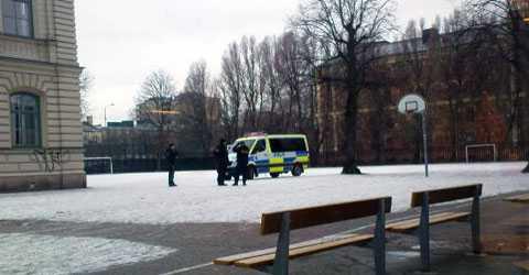 En polispatrull på St Eskils gymnasium i Eskilstuna efter att hot framförts på internet.