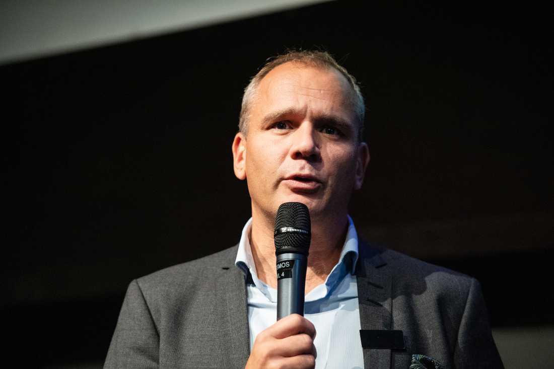 Trots uppskjutna matcher är spelschemat i SHL än så länge under kontroll menar sportchefen Johan Hemlin.
