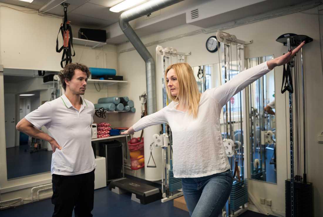 Fotografen Anna Tärnhuvud följer med Iryna till sjukgymnasten.