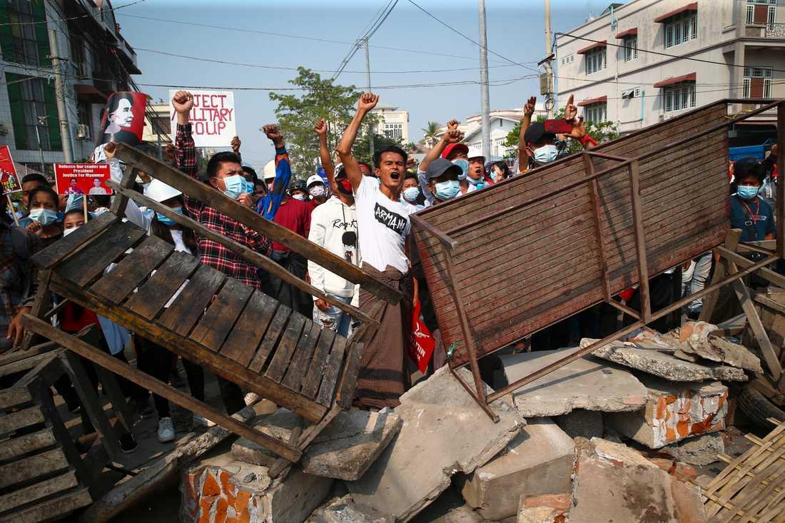 Protester i Mandalay under söndagen.
