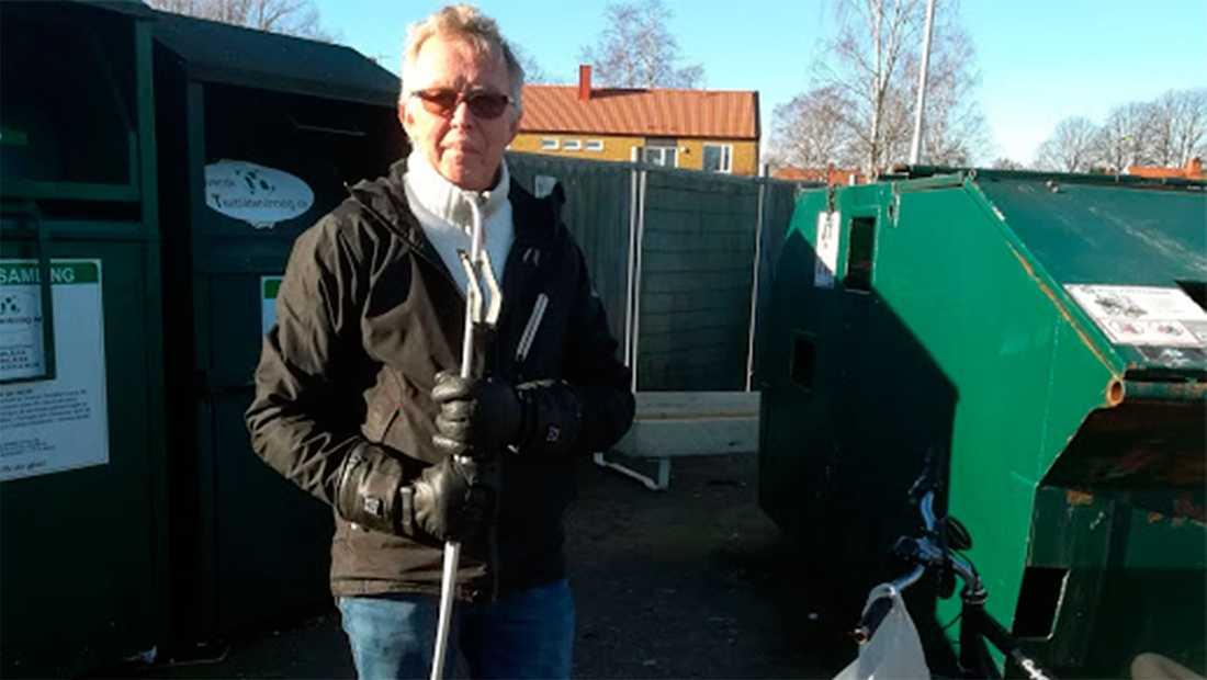 Kåre Eriksson med hjälpmedlet han använder för att fiska upp burkar ur containrar. Han cyklar 1,5 mil om dagen. Pantburkarna lägger han i kassar som hänger på styret.