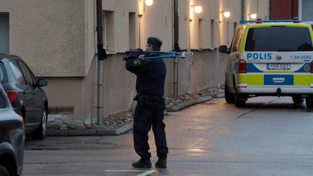 Polis med bultsax.