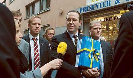 Optimist Finansminister Anders Borg ser ljust på framtiden i årets budget, utan att ta hänsyn till den ekonomiska krisen. Han kunde lika gärna ha gått med sin årliga finansplan till pappersåtervinningen.