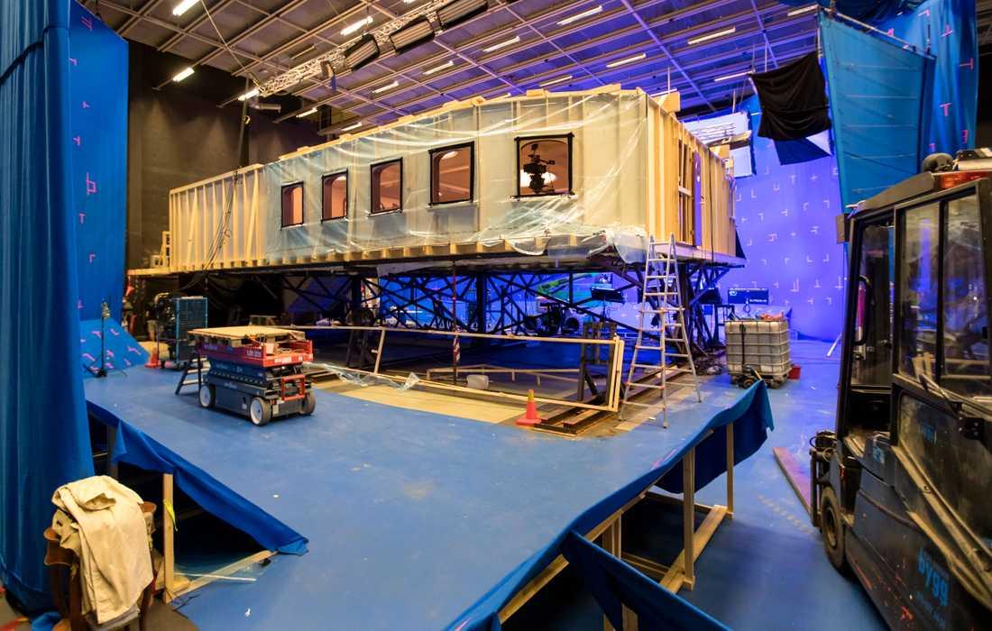 """""""Triangle of sadness"""" utspelar sig till stora delar ombord på en segelkryssare. Inspelningen av inomhusscenerna håller på att avslutas i Trollhättan. Återstår gör utomhusscener på en riktig lyxkryssare i Grekland."""
